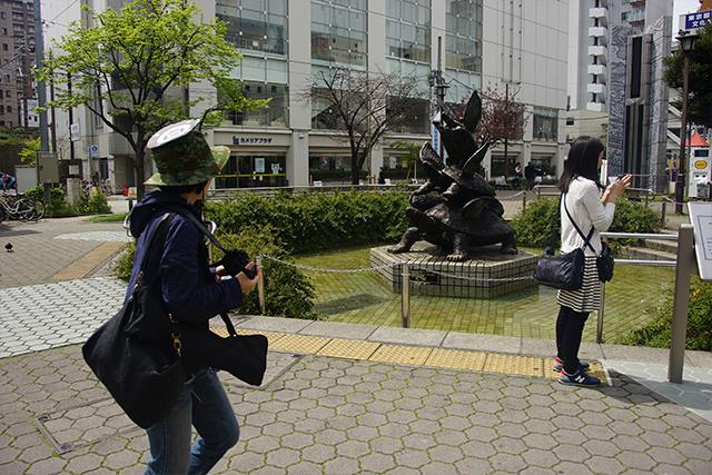 亀戸駅前公園。亀に羽がはえて飛んでいきそうなオブジェが目をひく