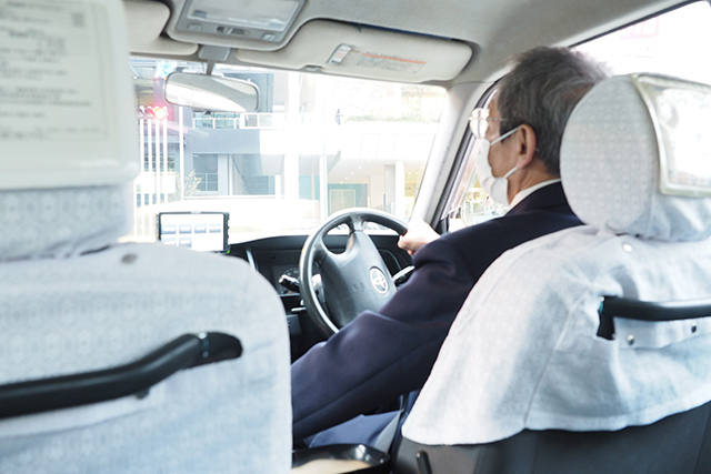 日暮れが近く、時間が無いので途中からタクシー。もう誰も私達を止められない。(近いと思ったら3500円もかかった)