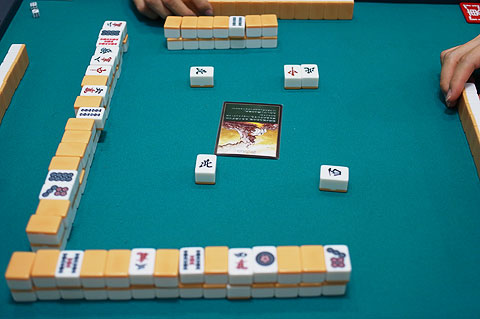 プレイ風景。こんな感じでめくったカードをみんなが見えるよう卓の中央に置く。写真は「綻びた山」が出たところ。