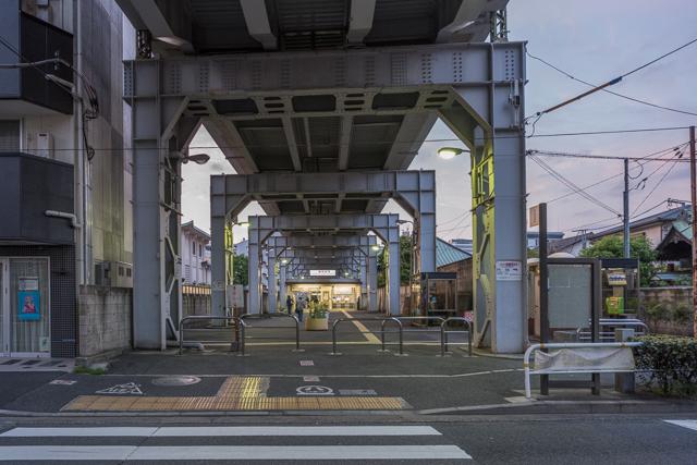 南口のある道路から改札方向を臨む。先に見える改札くぐって構内への入口はさらにその先にある。