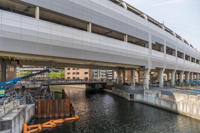 このとおり、ホームの下が川なのだ。というか、ホームに見えないな、京急蒲田駅。