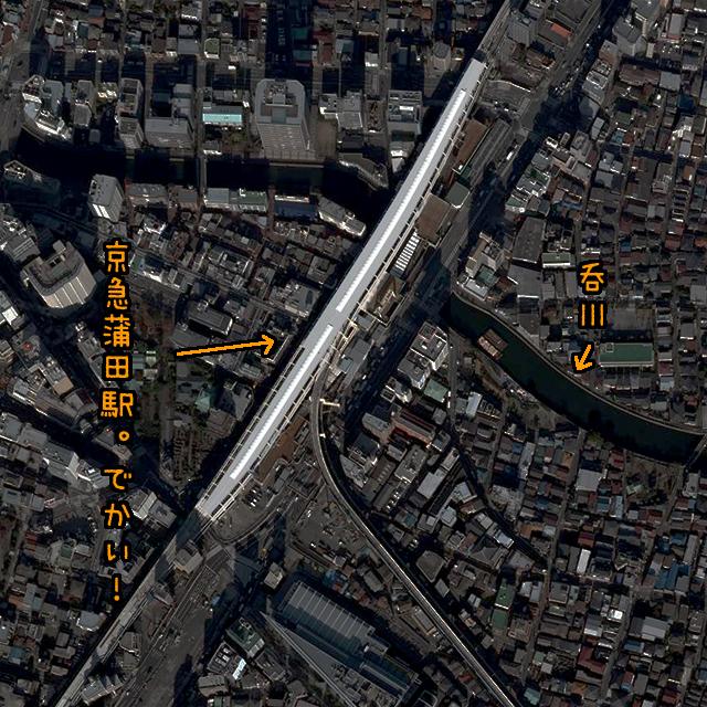 ホームの長さ400mもある。さきほどの新馬場駅は200m(国土地理院「地図・空中写真閲覧サービス」より・整理番号・CKT201010/コース番号・C3/写真番号・19/撮影年月日2010/12/10(平22))