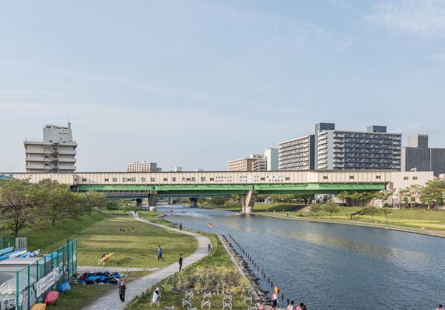 東京都江東区の旧中川の上に堂々と伸びる東大島駅。すばらしい。