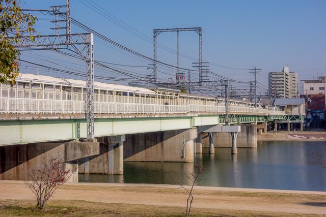 芦屋駅から大阪方面に8駅。武庫川駅。このとおり、川の上。