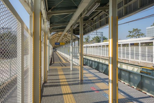 これまで紹介した他の駅と同様、改札はホームの端。この遠さも「ザ・川の上の駅」って感じでいい。