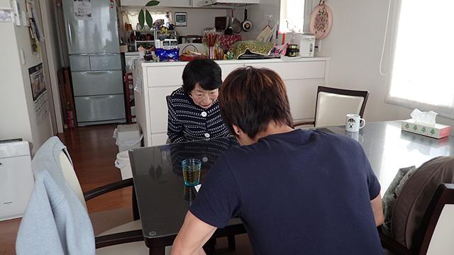 「いつも及子がお世話になっています」「いえ、こちらこそ古賀さんにはいつもお世話になっております」