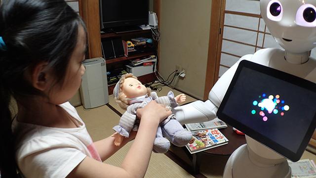 「じゃあこの子、おねがい」と娘さんがお気に入りのお人形をばあばに渡した。