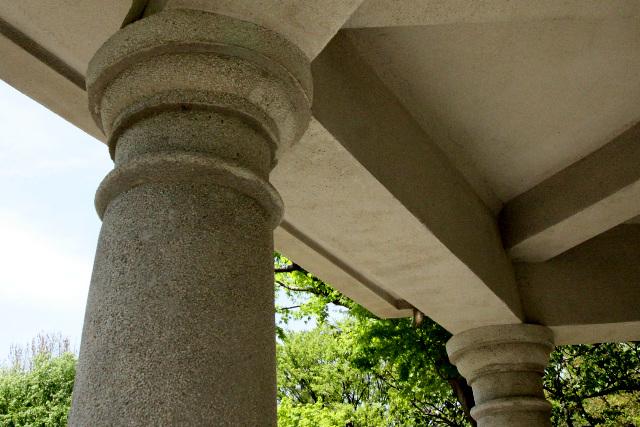よくよく見ると、公園の東屋にしては装飾が凝っていたり、古いモノであることがわかる