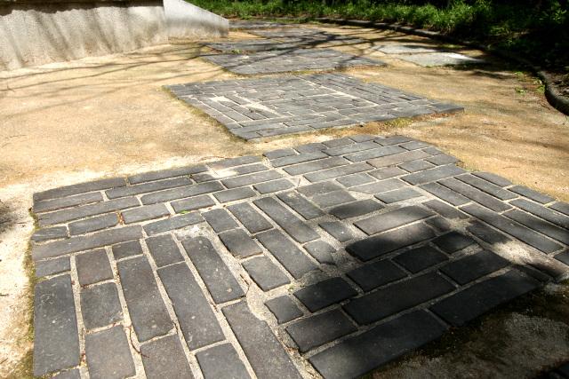 東屋へ至る飛び石も、浄水場で使われていた煉瓦を再利用しているという