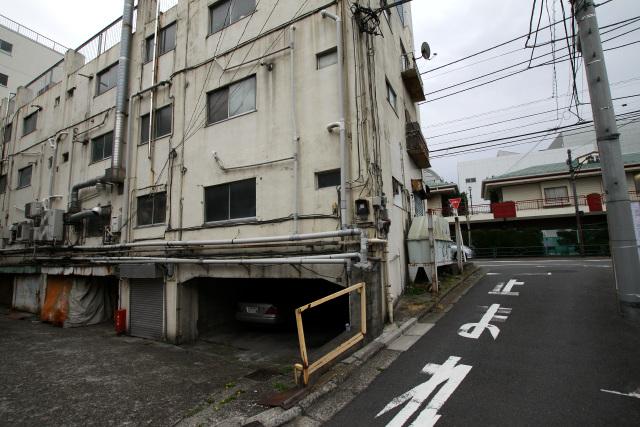 道路との高低差を利用して、地階を設けている建物が多い
