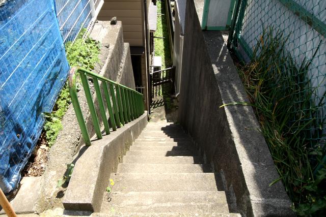 周囲の土地との高低差はさらに増し、水道道路との行き来には階段を使用するように