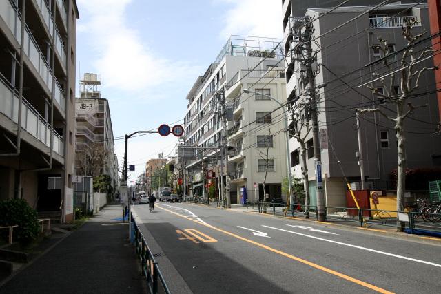 幡ヶ谷から笹塚の辺りまでは、水道道路に沿って都営住宅の団地が延々続く