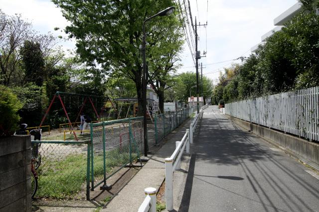 おそらく折れ曲がらずに家屋を突っ切るコース、この左の公園がかつての水路跡だろう