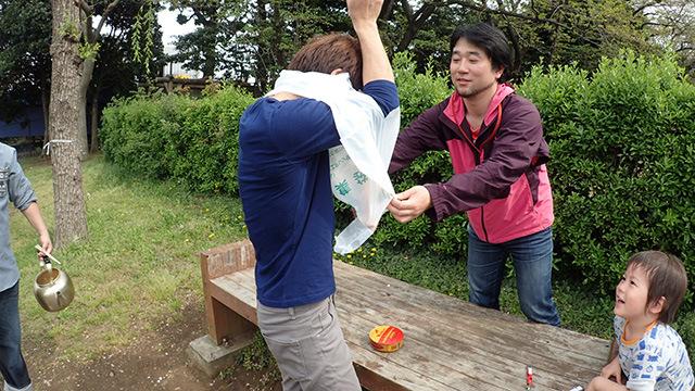 「開ける時に汁が飛ぶから」という経験者松本さんのアドバイスから、ゴミ袋を着ることに。