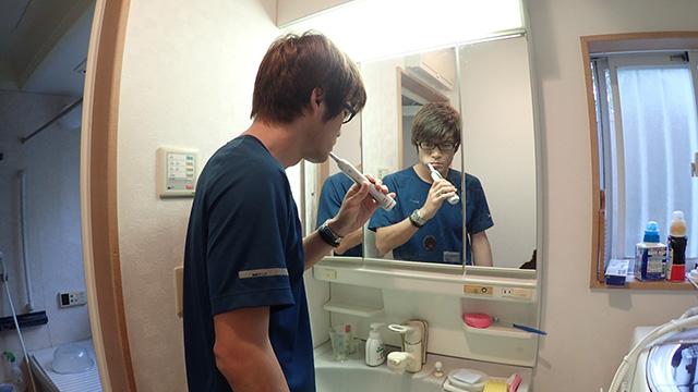リステリンで口をすすいだあと歯を磨くと。