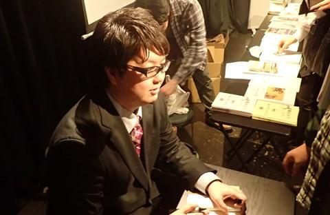 サイン会での古川さん。かなりの長蛇の列でした。