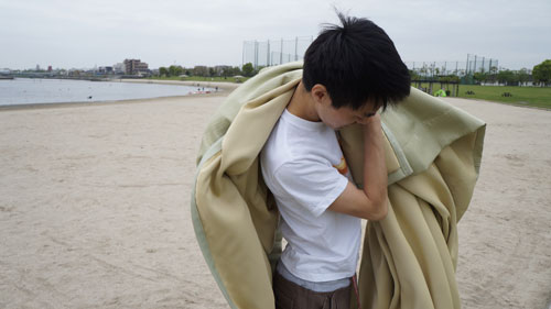 カーテンの頂点を一か所つかんで肩にかける。この時体の前の方に布をたくさん余らせておく。