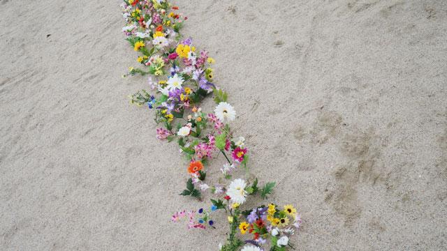 ふと振り返ると、生み出した花たちが列になって佇んでいる。造花が愛おしくてたまらない。