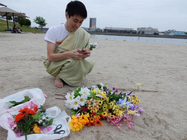 せっせと花を切る神。天地創造である。