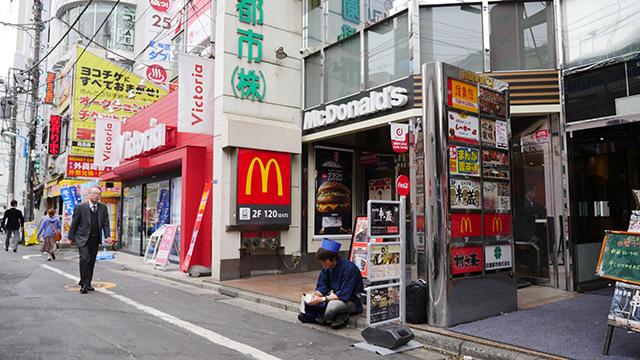 道行く人には「ほう、このハンバーガー屋は下積み修行を経た職人が作っているのだな。」と思われるに違いない。