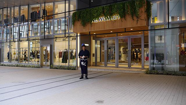 新宿にできた新しいビルにも職人がいる。