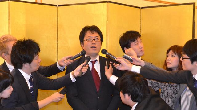 経歴詐称疑惑について釈明する西村氏(共同)