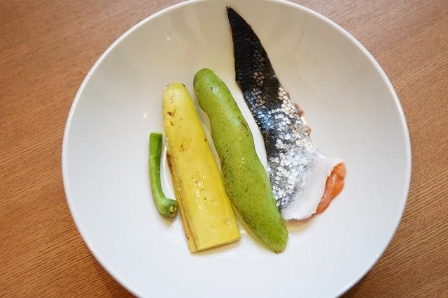 左からパプリカのヘタ、バナナの皮、そら豆の皮、鮭の皮