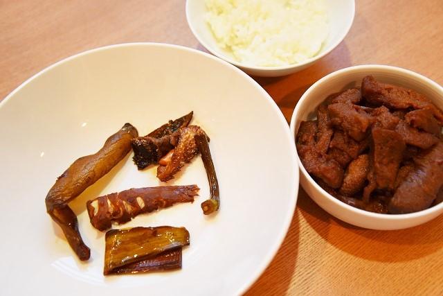 茶色づくしのディナーが完成した。見ようによっては上品料理