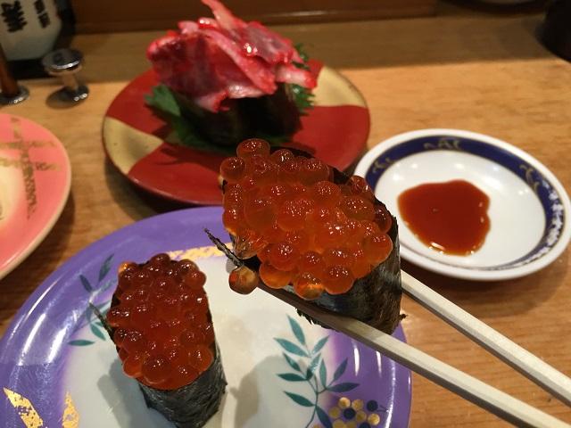 日本では古くから食べられているイクラだが、海外では内蔵とともに捨てられることもあるという
