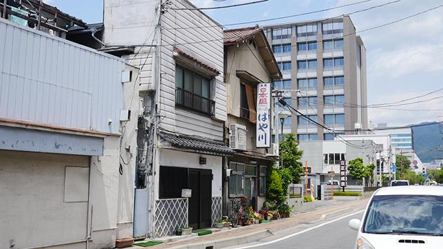 古そうな食堂に聞く。「そう、東京とも長野ともちがうね。三代前からこのカツ丼だからねー」