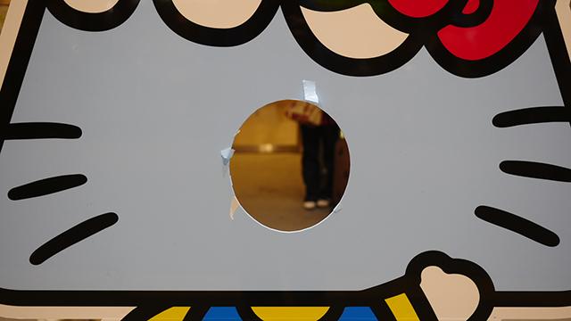 私たちがキティちゃんの穴を覗き込むとき、キティちゃんの穴もまたこちらを見ている