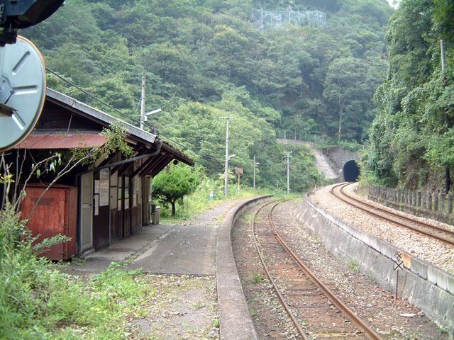 山奥の秘境駅に行ってみたり(写真は四国山地にある秘境・坪尻駅)、