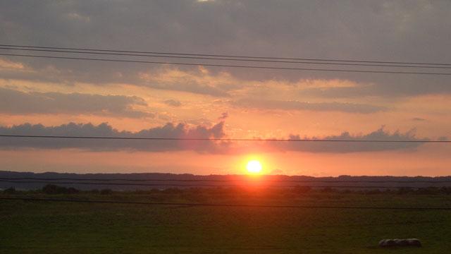 地平線に沈む夕日を眺めてみたり……