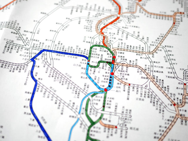 旅から帰ってくると、乗った路線をマーカーで塗りつぶすのだ。なんといっても、この瞬間が一番楽しい。だんだんと色付いていく白地図を眺めながら達成感を得ることができる(ちなみに乗った年ごとに色分けし、降りた駅は赤で印を付けていた)