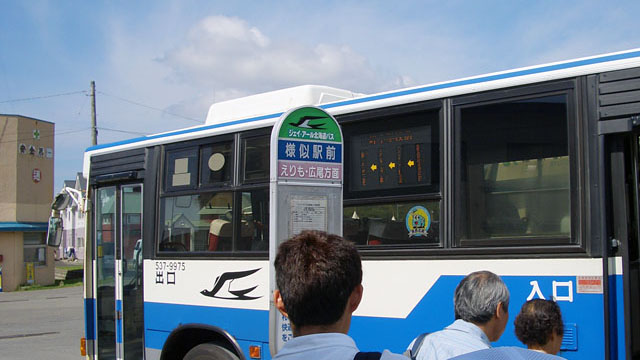 鉄道を往復するとそれだけで半日~一日は余裕でつぶれてしまうので(何せ運行本数が少ない)、終点の様似駅から路線バスに乗り継いだ。これで襟裳岬も見られるし、一気に帯広にも抜けられる