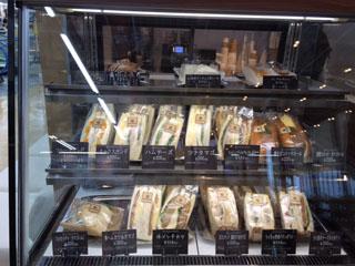 レジ横のショーケースにはサンドイッチとケーキ。