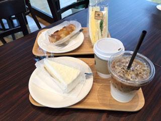 大盤振る舞いしてみた。コーヒーとアイスカフェオレ、レアチーズケーキ、りんごのタルト、サンドイッチ。