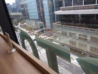 カウンター側の窓からは八重洲口が見下ろせる。