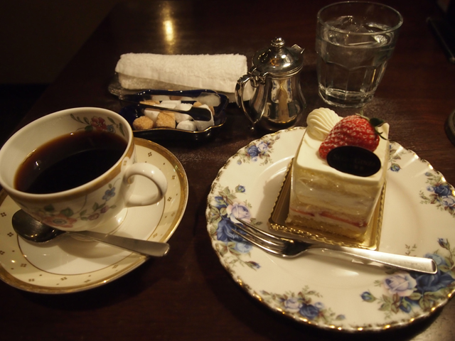 ハウスブレンド620円、ショートケーキ500円で そこから100円割引、合計1,020円(税抜き)