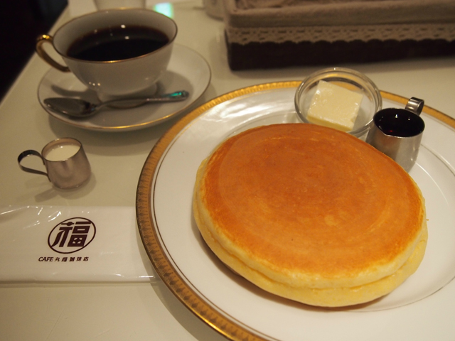 ホットケーキは2枚重ね。コーヒーをプラスした。