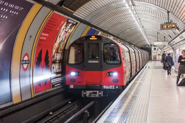 内径めいっぱいのため、車両自体がトンネルに合わせて円い。TUBE の中を TUBE が走っている感じ。
