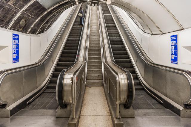これなんかすごーく狭い階段。通る人いるのか。
