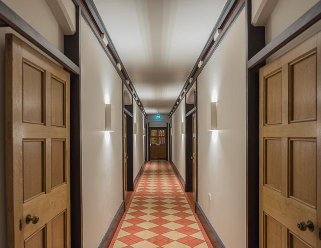 廊下こんな。さきほどまでのTUBE画像が嘘のよう。