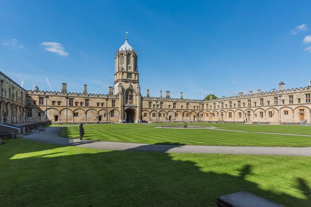中庭。「試験中だから静かに」という看板があった。現役の大学であり観光名所である。