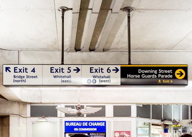 ホームの位置指示だけでなく、出口にも方角が示してあった。これも東京ではほとんど見られない。でも大阪の地下鉄は出口に方位示してあるな。あれは大阪の街が碁盤の目にきっちり整備されてるからだと思う。「キタ・ミナミ」だし。都市の把握の仕方においてロンドンと大阪は似ているのかもしれない。