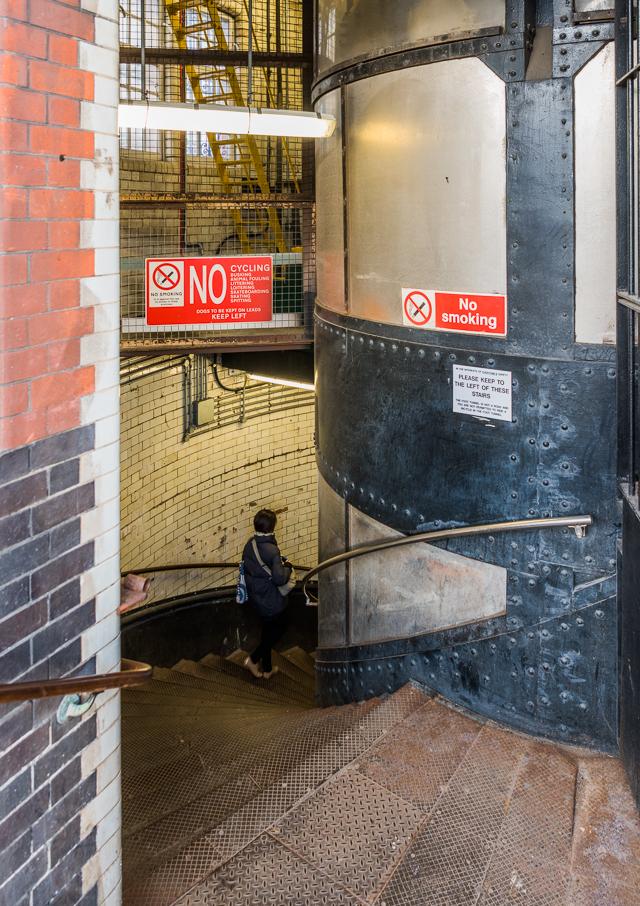 いきなりすてきな螺旋階段! 中心の筒(TUBE!)はエレベーター。あえて階段で下った。