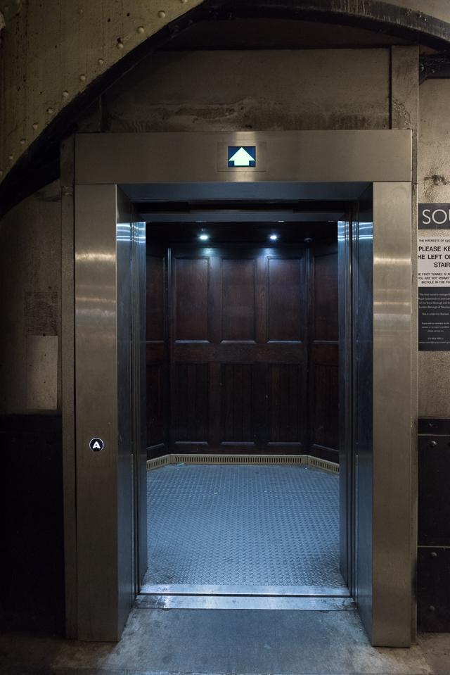 南岸まで450mほど。上りはエレベーターに乗った。そしたらこの内装の重厚感。