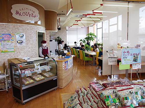 店内の入り口部分は、持ち帰り用に松永製菓のお菓子が各種売られている。