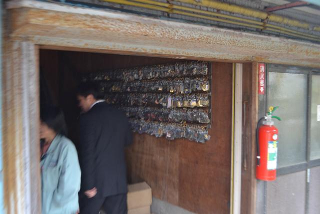 倉庫の壁にどっさりあるキーホルダー