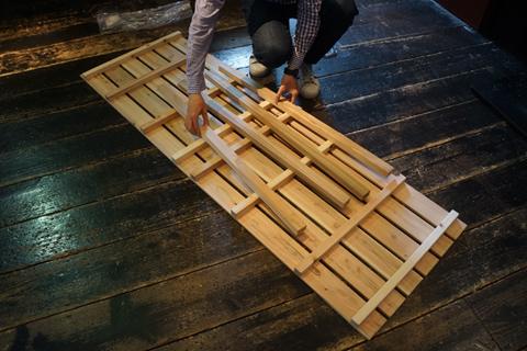 第3案「地面自体を斜めに」の担当・石川さんはインフラから準備のため大掛かりな荷物に。